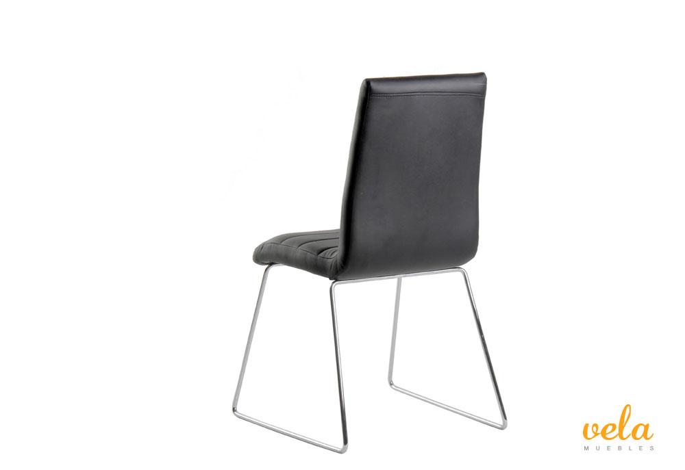 Conjunto de mesa extensible y sillas polipiel for Sillas comedor cromadas